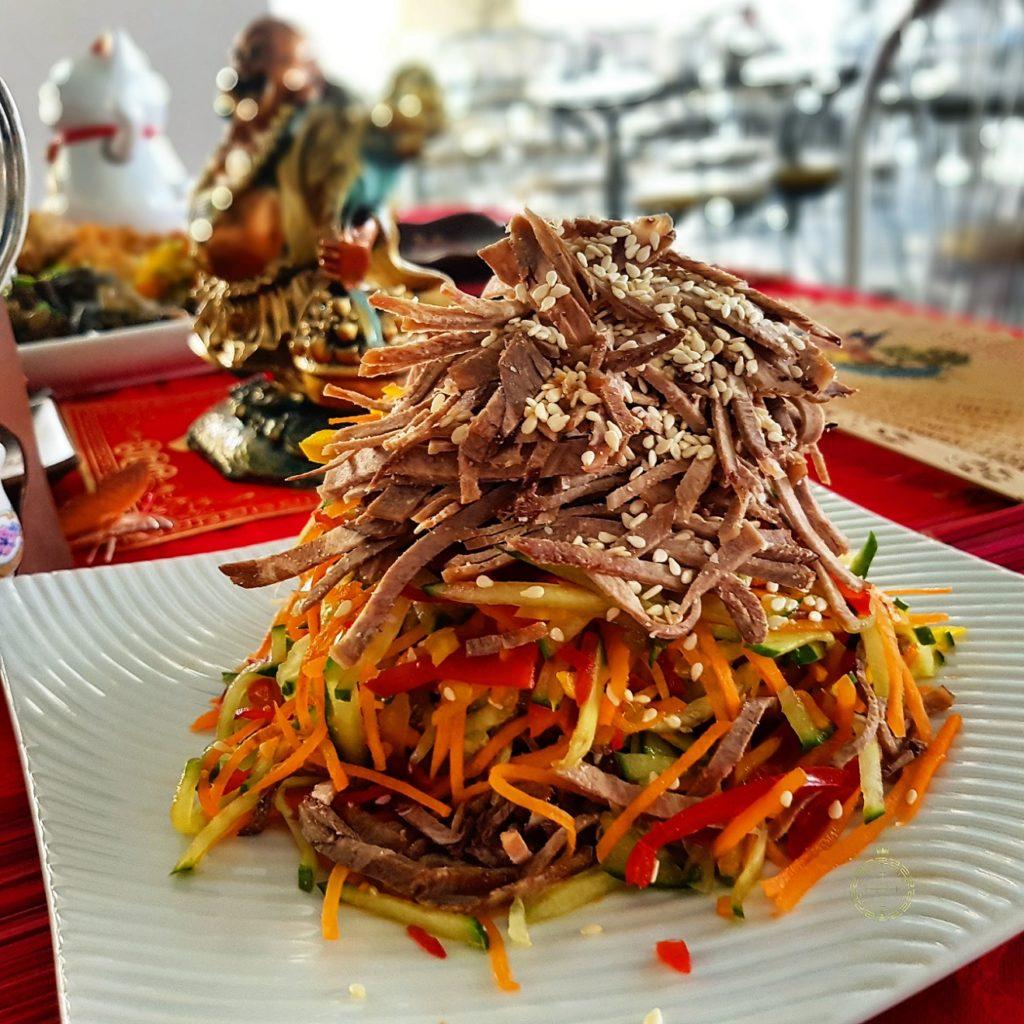 salat s jazykom den nacionalnoj kuhni korporativnoepitanie fortunacatering
